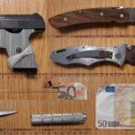 """""""Schwarzfahrer"""" versucht gefälschten 50-Euro-Schein zu tauschen und führt weiteres Falschgeld, eine Schreckschusswaffe samt Munition, Drogen sowie diverse Messer bei sich"""