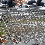 Weil er zu faul zum Zurückbringen war: Mann in Köthen hortet Einkaufswagen in seinem Keller - Polizei lässt ihn 15 Wagen zurückschieben