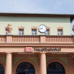 Mann sucht Brombeeren an der Bahnstrecke zwischen Naumburg und Weißenfels