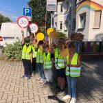 Mit Smileys und Temposchildern: Kinder machen Verkehrskontrolle in Oebisfelde
