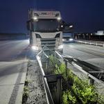 LKW kracht auf der A2 bei Magdeburg in die Mittelleitplanke