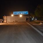 Unfall auf der A2 bei Alleringersleben: Laster liegt quer, Kleinbus fährt hinein