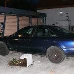 Mann in Wernigerode springt aus fahrendem Auto und haut ab - Auto kracht gegen Carport