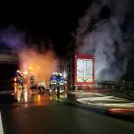 Technischer Defekt: Transporter mit 220 Schweinen brennt auf der A14