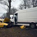 Auto und Kleintransporter prallen in Hasselfelde im Harz zusammen