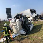 Unfall auf der A2 bei Eichenbarleben in der Börde - Fahrerhaus von Sattelzug abgerissen