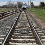 Fahrrad bei Wittenberg ins Gleis gelegt, Regionalbahn fährt drüber