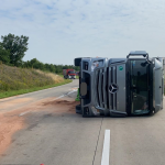 Sattelzug auf der A14 bei Staßfurt kippt um - Fahrer leicht verletzt